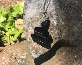 Collier mi-long en ivoire végétal noir et métal argenté