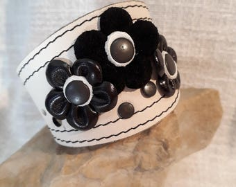 Leather bracelet with flowers
