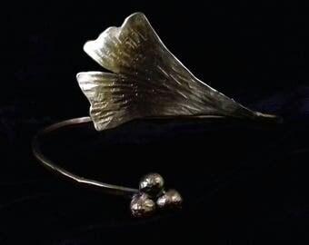 Rigid brass bracelet with a magical Ginkgo biloba leaf