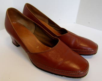 Brown/tan 1970's court shoes. Size 5.5