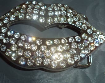 belt buckle in the shape of lips in silver metal and rhinestones from 4 cm
