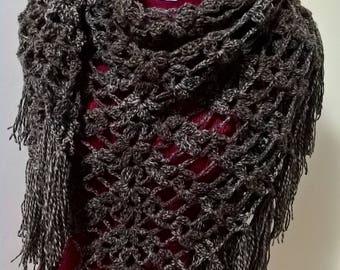 Scialle con frange , triangolo di lana , copri spalle all'uncinetto , fatto a mano , fatto all'uncinetto ,abbigliamento donna, pezzo unico .