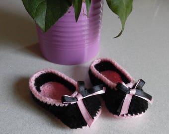 Slippers shoes in black and pink crochet baby newborn to 3 months