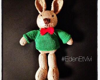 Doudou lapin tout doux avec son pull et son noeud papillon tricoté fait main