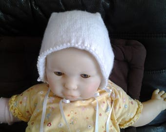 White baby Hat knitted from 3 to 6 months