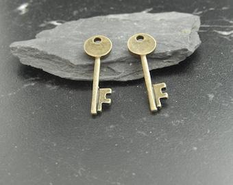 Antique bronze key pendants 1Breloques