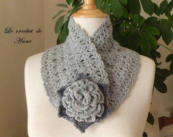 Neck light gray / dark gray, adorned with a flower brooch!