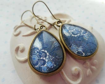 "Boucles d'oreille goutte cabochon verre ""flower and swirl"" bleu marine, blanc, bronze"