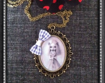 Bronze pattern necklace girl