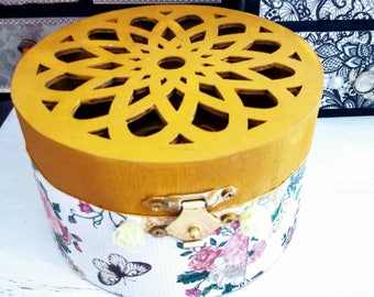 A circular Bono design jewellery box.  Ideal for braclets.