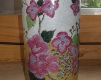 Vase with striking décor