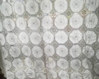 Copriletto matrimoniale anche come tenda vintage perfette condizioni ricamato a mano con pizzo ad uncinetto in cotone  100 %   300 x 249  cm