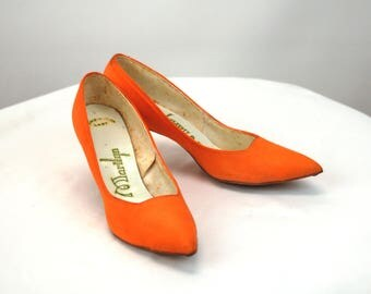 1950s heels orange pumps fabric covered shoes Marilyn heels pointed toe Size 6