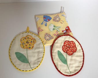 Vintage Appliqued Hand Stitched Pot Holders - - Red Yellow Blue Green Kitchen - Aprons Flowers - Shabby Cottage Chic - Retro Kitchen Decor