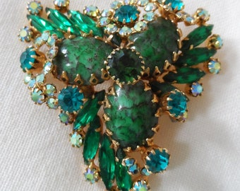 1950's gorgeous  large claw set green glass/rhinestone brooch.