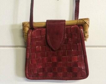 Sac pochette, sac bandoulière, porte monnaie en cuir rouge et osier/bambou vintage, gypsy bohemian purse, vintage & boho 1960's bag