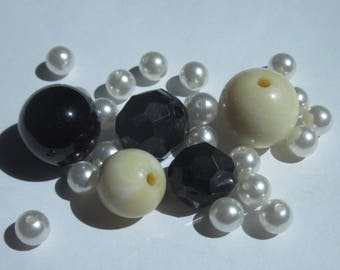 25 white, ivory and black acrylic (PV49-6) round beads