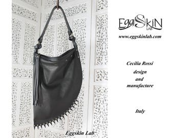 Mini Ombra con Punte è una borsa in pelle e cuoio italiani di ottima qualità, disegnata e fatto a mano in Italia. Borsa gotica, dark, rock.