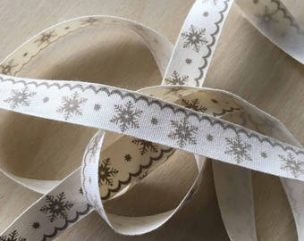 "decorative Ribbon: ""Provence green Snowflake"" on an ecru background"
