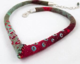 """Tour de cou-collier textile-""""Confluence"""" Feutre broderie de perles-Vert-rouge"""