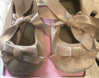 Champagne velvet baby shoes. Beige newborn baby shoes