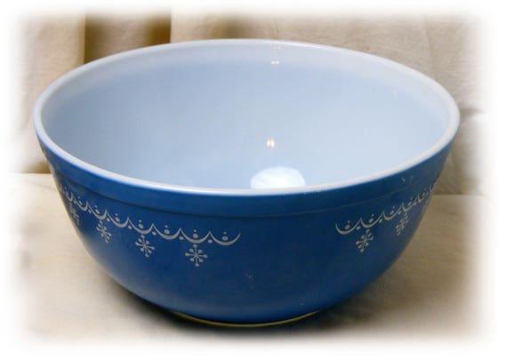 Blue Pyrex 2 1/2 Quart Bowl (1960's)
