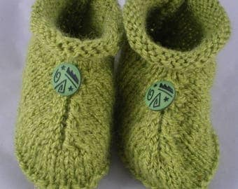 Chaus011 - Green slippers and decorative button