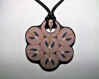 Collier aux six pétales