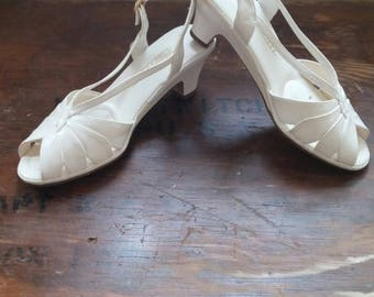 Vintage 1980's White Naturalizer Short Heeled Peep Toe Sandals - Women's Size 9 Medium