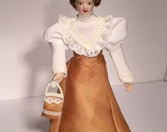Doll with removable dress, hat and limosnera. Scale 1:12. Doll's House.