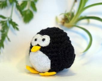 pinguin plushie keychain - crochet amigurumi
