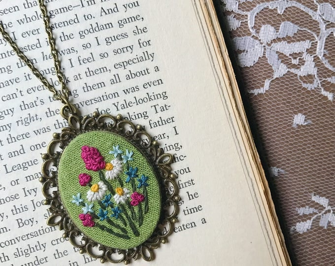 Daisy Wildflower Pendant on Green Linen