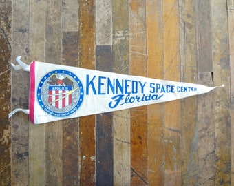 Vintage Souvenir Felt Pennant / Kennedy Space Center Florida Apollo 16 Pennant