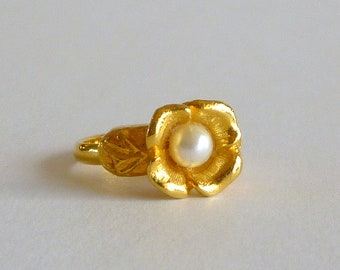 Vintage Gold Tone Floral Ring with Faux Pearl - Size 7