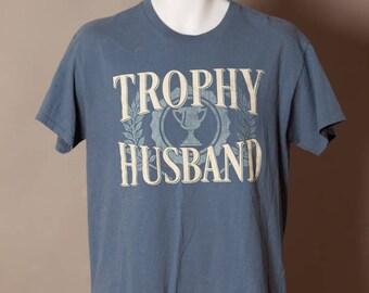 90s TROPHY HUSBAND Tshirt - M