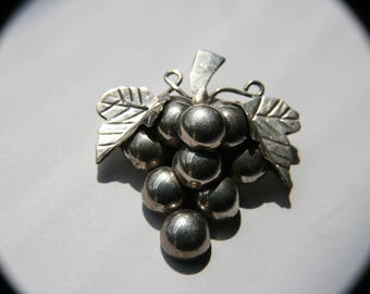 Sterling Silver Vintage 925 Vineyard Grapes Pendant / Brooch (20.4g)