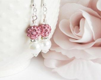 Dusty pink bridesmaid earrings, white pearl earrings, bridesmaid gift, bridal jewelry, pink wedding jewelry, parel oorbellen
