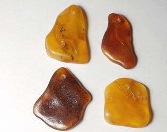 P44 / 4 large pendants made of genuine amber beads