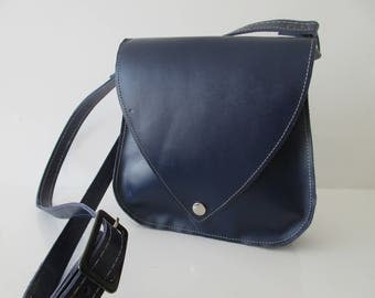 Thick leather shoulder bag.