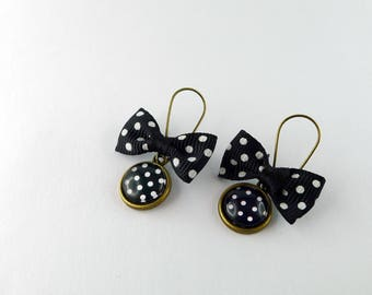 Stud Earrings small black dots and a small knot cabochon