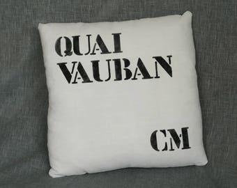 """Coussin marin """"Quai Vauban - Camaret"""" décoré au pochoir sur du drap ancien"""