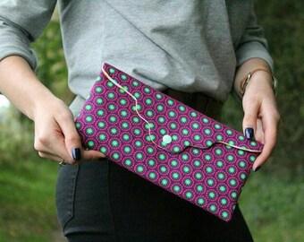 Pochette de soirée ethnique femme tissu Bali violet, cadeau femme noel, woman purple evening wallet, Christmas gift, photo by Camille Clay