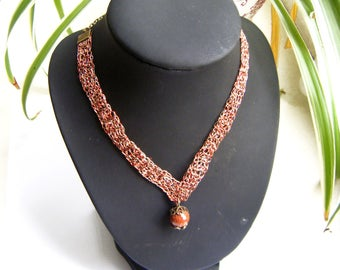 Short necklace in copper wire crocheted red and gold