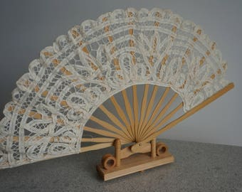 Elegant Lace-Bamboo Fan + Wooden Support/Eventail pliant en bamboo et dentelle brodée+ Support en bois