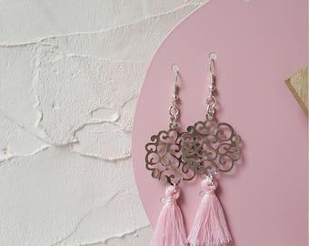 Prints large arabesques and tassel earrings
