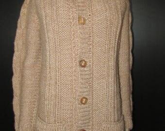 Superbe beige  wool hand knitted cables sweater/gilet de laine tricoté main couleur beige  size medium  chest 42