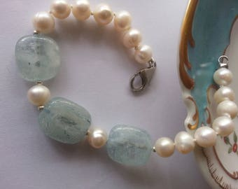 Pearl bracelet with white cultured pearls, three aqua-marines, a silver clasp