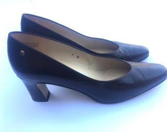 Vintage 90s Etienne Aigner brown leather heels. Size 7