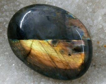 Labradorite, Rainbow and golden yellow 67,56 Gr-Pebble