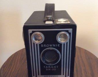 Old Vintage BROWNIE TARGET SIX-20 Camera / Great Photo Prop